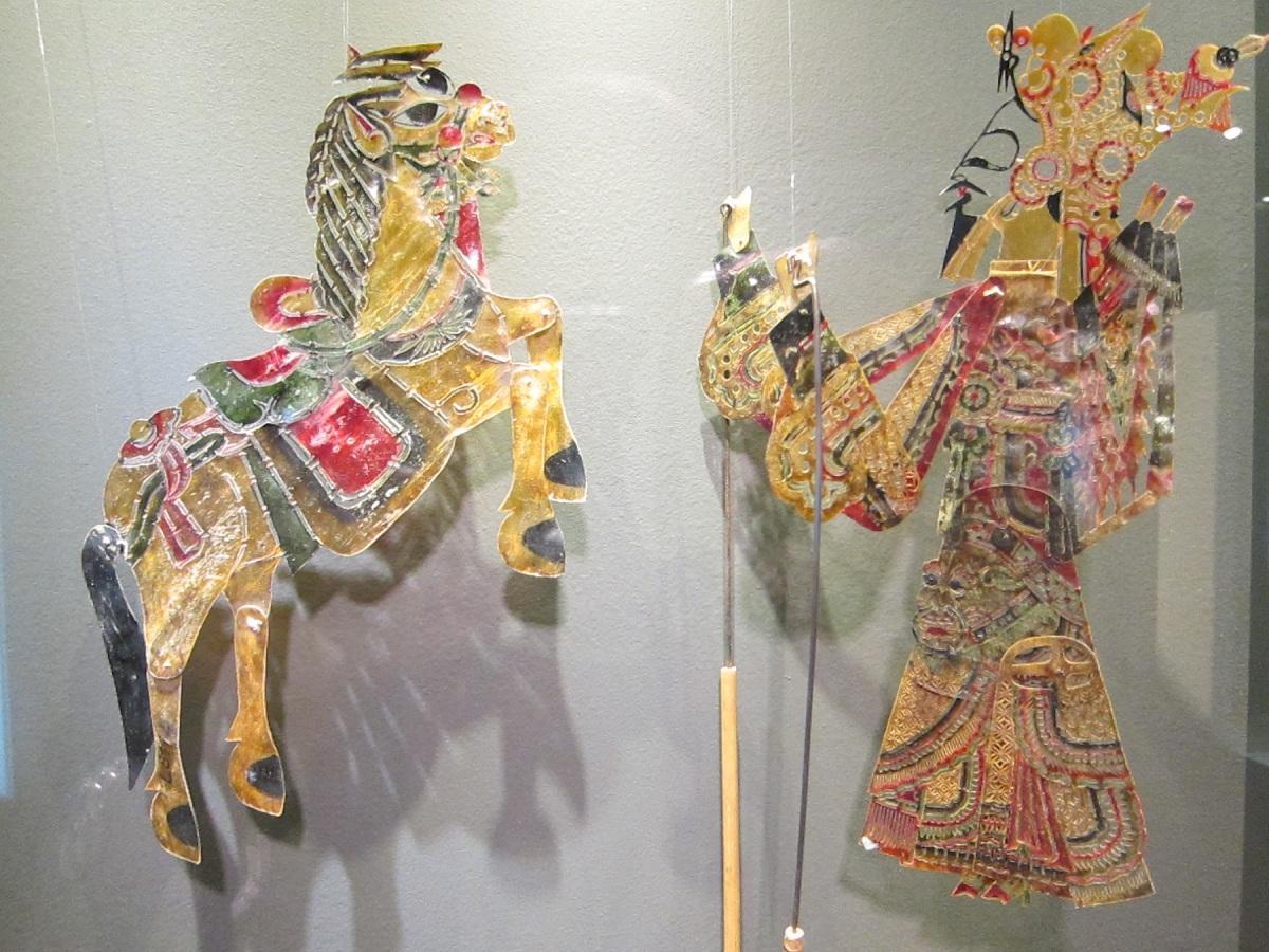 Čínské stínové loutky z počátku 20. století, materiál : kolorovaná preparovaná kůže