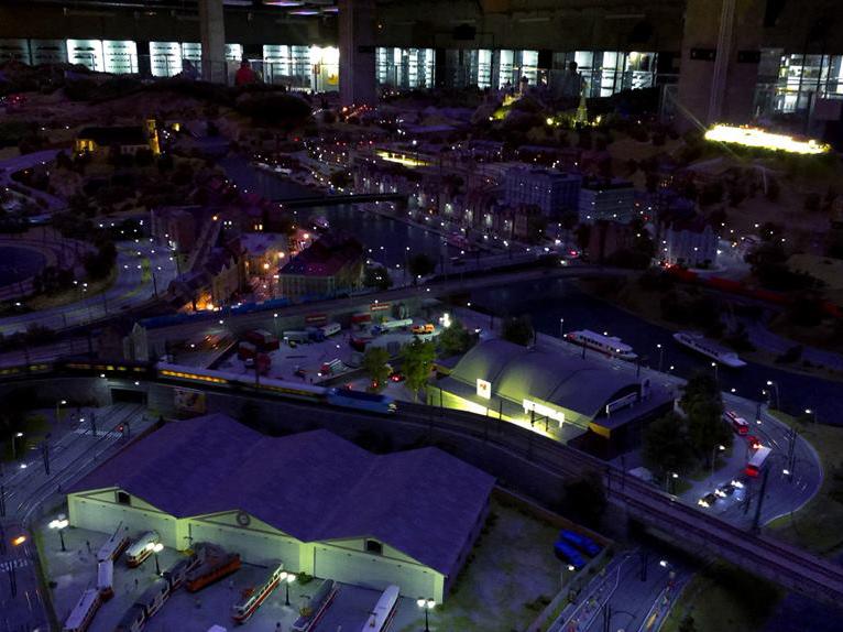 """Království železnic v """"noci"""" - v popředí vozovna Střešovice"""