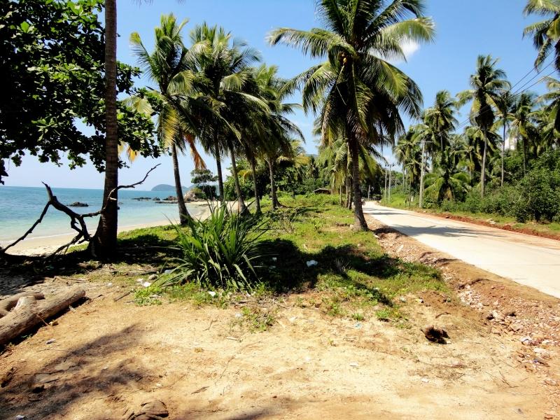 Cesta a pláž na ostrově Ko Jum v Thajsku