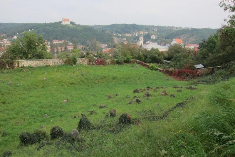 Židovský hřbitov, v pozadí  kaple sv. Antonína