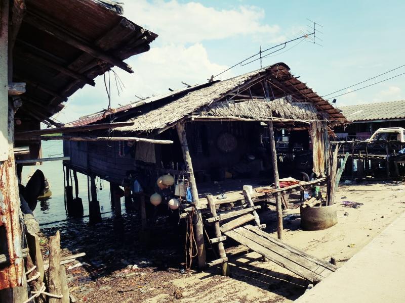 Vesnice na ostrově Ko Jum, Thajsko.