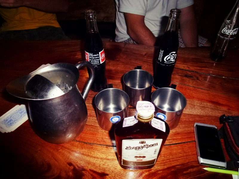 Stůl s whisky.