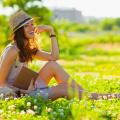 Dívka sedící v trávě s knížkou