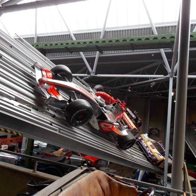 Jedny z mnoha závodních vozů v muzeu