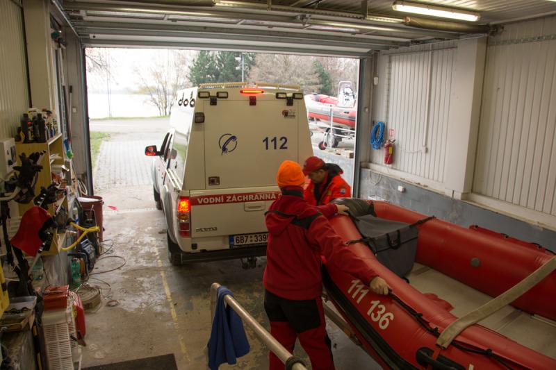 Další člun se zapojí za zásahový speciál Mazda, který je vybaven pro potřeby záchranářů v terénu.