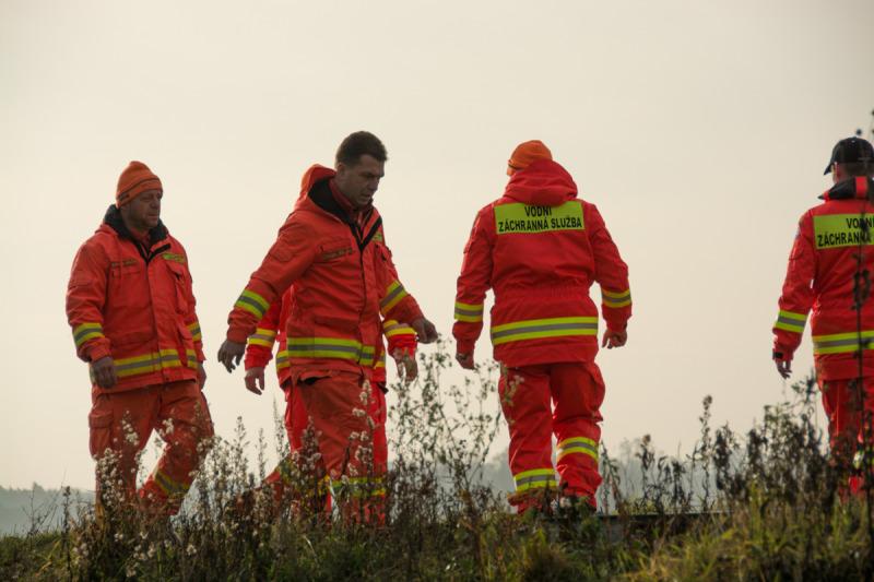 Příprava posledních věcí před akcí. Velitel vodních záchranářů Ing. Stanislav Hrdlička (úplně vlevo) a část jeho týmu.