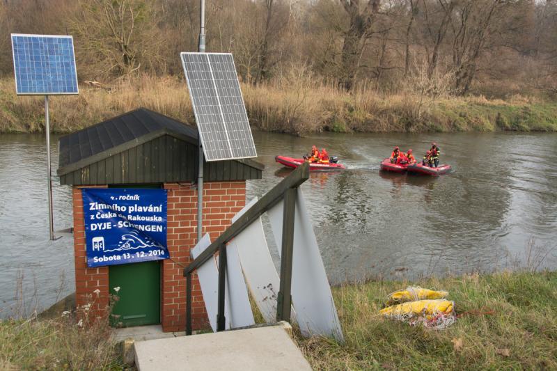 Plachta s informací o 4. ročníku zimního plavání.