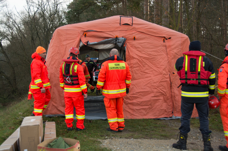 """Záchranáři spolu s dobrovolnými hasiči postavili vytápěný stan pro plavce, kde se mohli plavci převléknout a ohřát po doplávání. Jeden z organizátorů vešel dovnitř a při východu pronesl """"Brrrr, tam je vedro, úplně mi to vedro zalezlo za nehty!"""" :-D"""