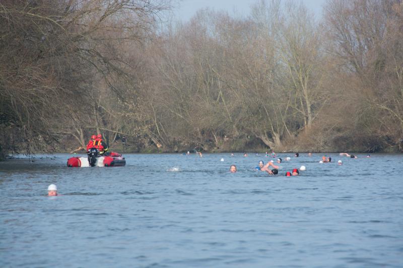 Pohled ze člunu na řeku Dyji plnou plavajících lidí se dvěma bundami a dvěma termo triky na sobě je vskutku zvláštní pocit. :-)