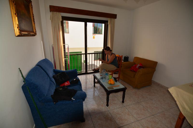 Šárka loví signál na Couchsurfingu u Nicka a Niki, Las Maretas, Tenerife