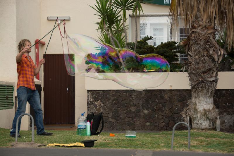 Nick dělající bubliny z tajného roztoku, do kterého jsme mu přivezli jednu z tajných přísad.