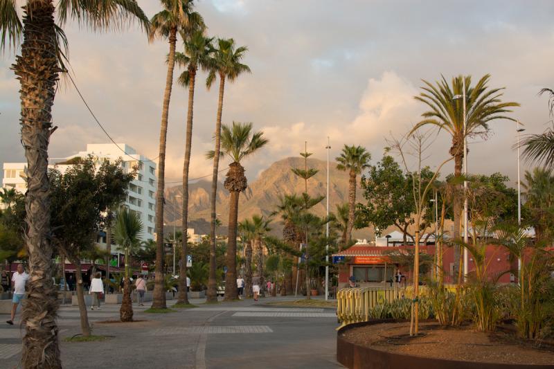 Město Los Cristianos je jednou z těch šílených turistických destinací na Tenerife, kam jsme se jeli podívat jen jako do ZOO a na to, jak nechceme trávit naši dovolenou. :-)
