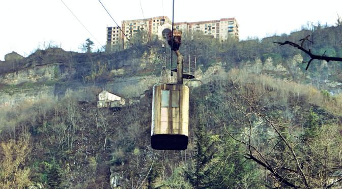 Nebezpečné a zároveň vzrušující stalinské lanovky v Gruzii