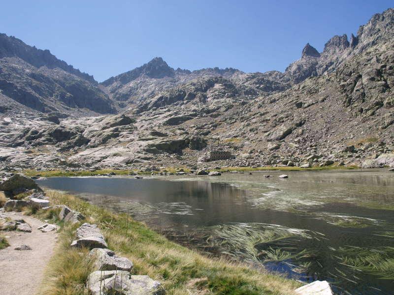 La Laguna de Gredos s horskou chatou