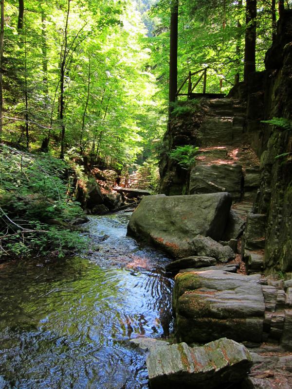 Horní část vodopádů s viditelnými mostky a schodky