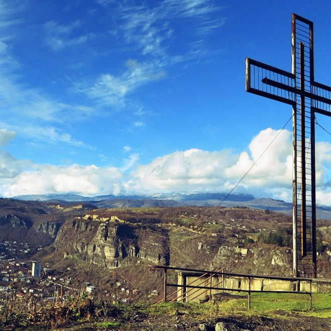 Kříž nad městem.