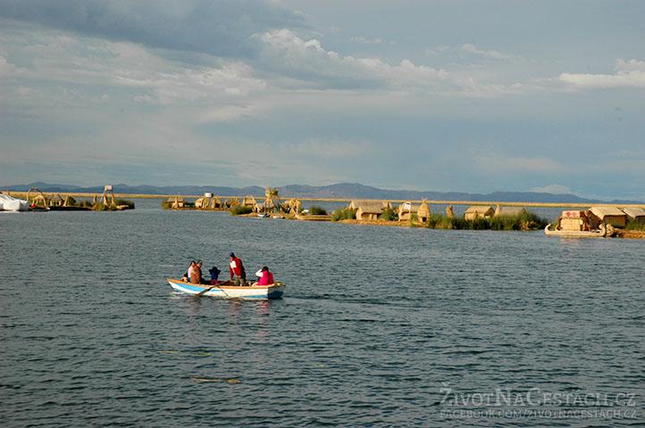 Jezero Titicaca - Rodinka Urů na lodičce