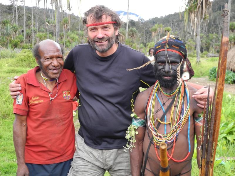 Milan Daněk si našel mezi domorodci přátele. Naposledy se na Novou Guineu vrátil na známá místa, aby zde vyhledal a navštívil člověka, který jej před třinácti léty doprovázel při putování divočinou.
