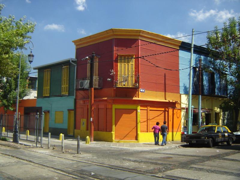 Další a další barevné domy v La Boca