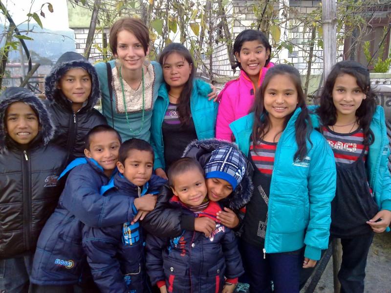 Dorota Nvotová je zvyklá být v cizině v bezprostředním kontaktu s místními obyvateli - zde s dětmi z nepálského domova Happy Home
