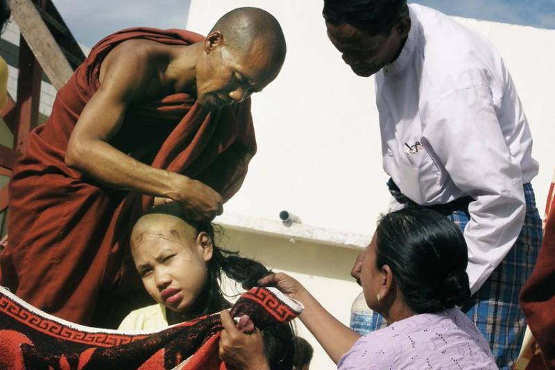 Na cestách Honza rád poznává a fotí všední život obyčejných lidí (komentář Honzy k této fotce z Barmy : Přijímání noviců se neobejde bez oholení kštice. Každý Barmánec je alespoň třikrát za život mnichem).