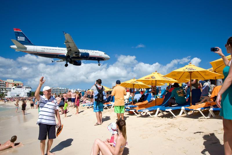 Maho Beach, St. Marteen (Svatý Martin) - kolem oběda provoz houstne a přilétají větší letadla...