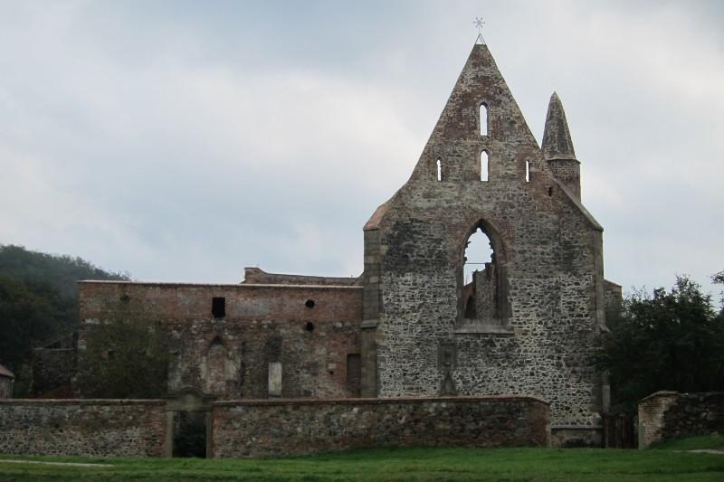Celkový pohled na klášter. Tudy budete vcházet do jeho prostor.
