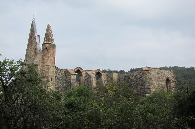Pohled na klášter z boční strany, směrem od zámku.