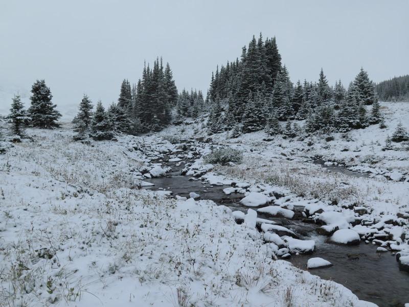 Zasněžená řeka v národním parku Jasper.