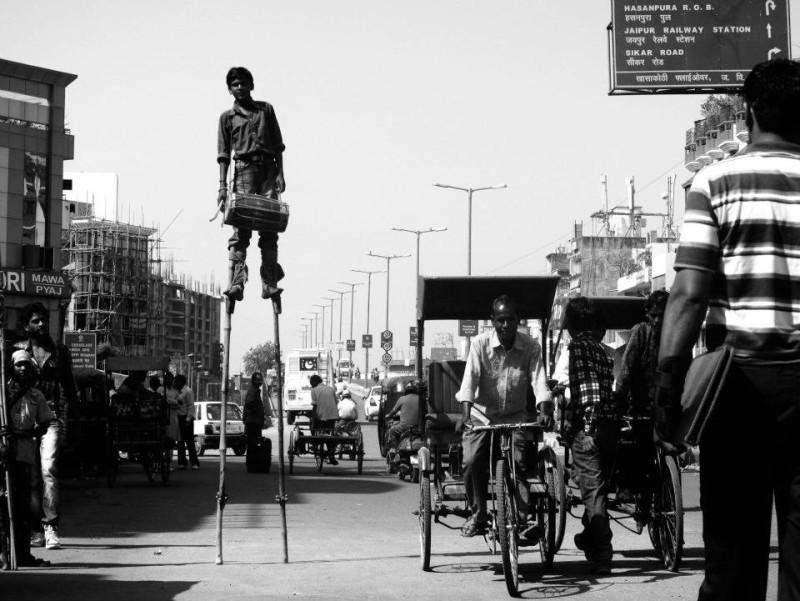 Nejraději se Honza Homola vrací do Indie. V Jaipuru zachytil místního umělce na chůdách.