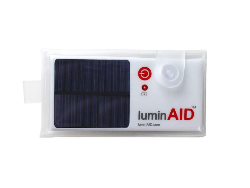 LuminAID - solární vodotěsná LED baterka v sáčku ve sbaleném stavu.