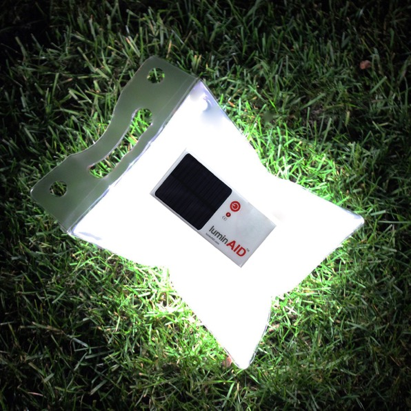 LuminAID - solární vodotěsná LED baterka v sáčku je ideální i jako poziční světlo např. před stanem nebo mezi stany.