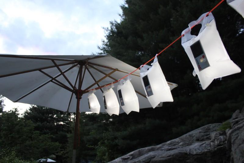 LuminAID - solární vodotěsná LED baterka v sáčku jako světlo mezi slunečníky.