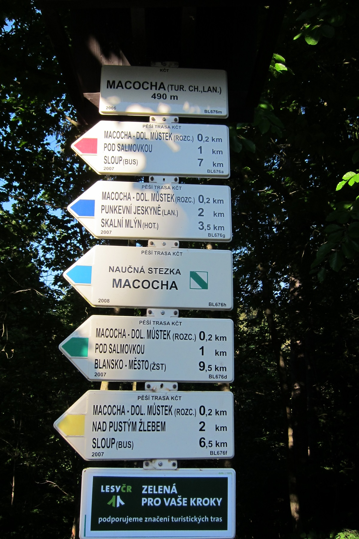 Turistický rozcestník před Chatou Macocha