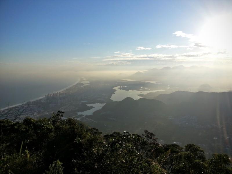 Pohled na čtvrť Barra da Tijuca při západu slunce z hory Pedra da Gávea.
