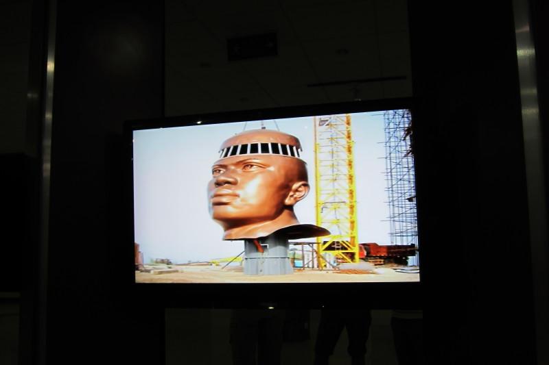 Záběry z reportáže o stavbě monumentu