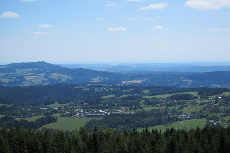 Pohled z rozhledny směrem k jihu. V pozadí hrad Trosky