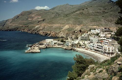 Pohled na jednu z pláží na Krétě.