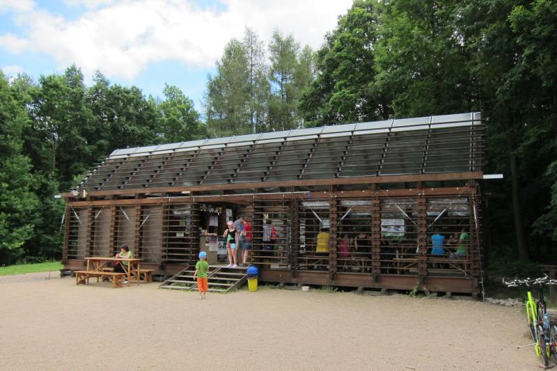Obslužný domek u rozhledny Bára v lesích Podhůra
