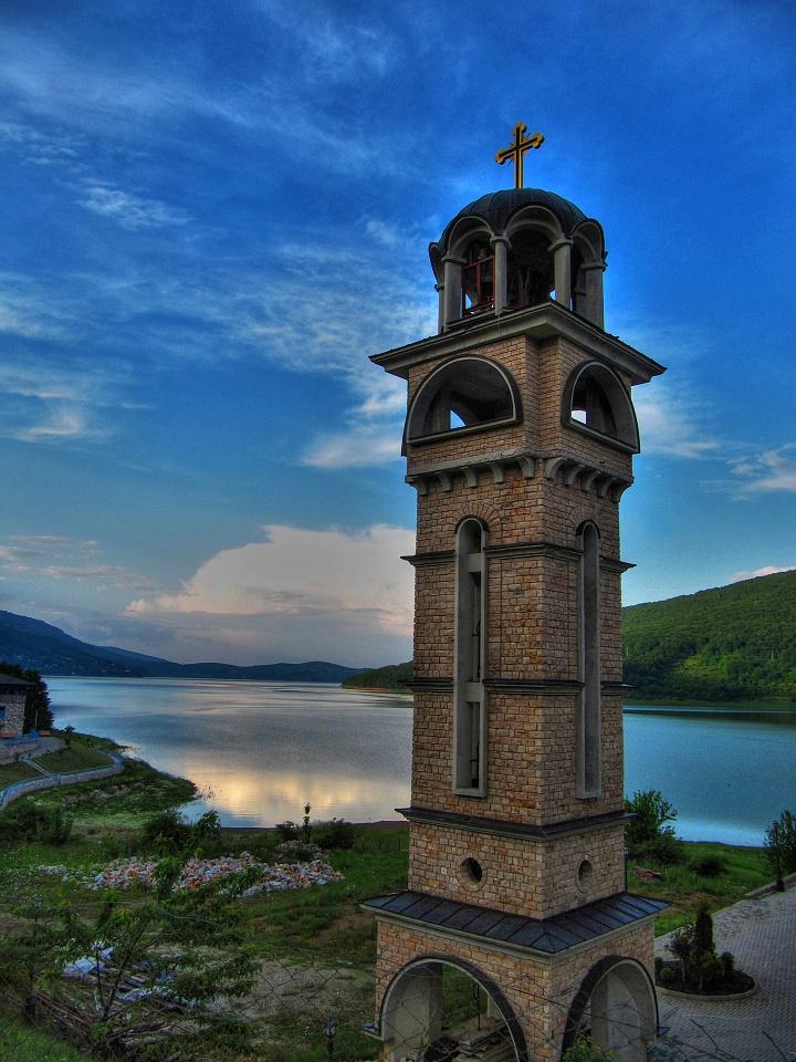 Zvonice pravoslavného kostela na břehu jezera Mavrovo.
