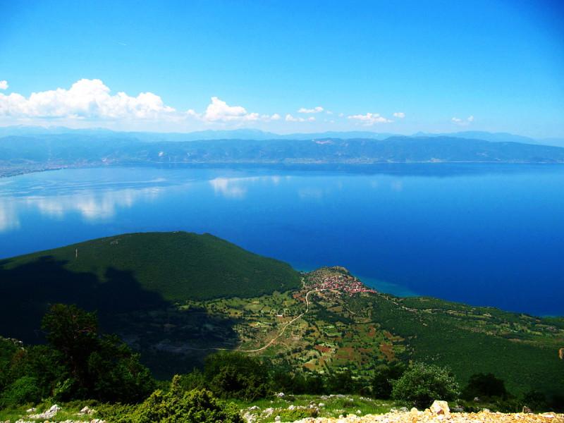 """Pohled na Ohridské """"moře"""" z národního parku Galičica."""