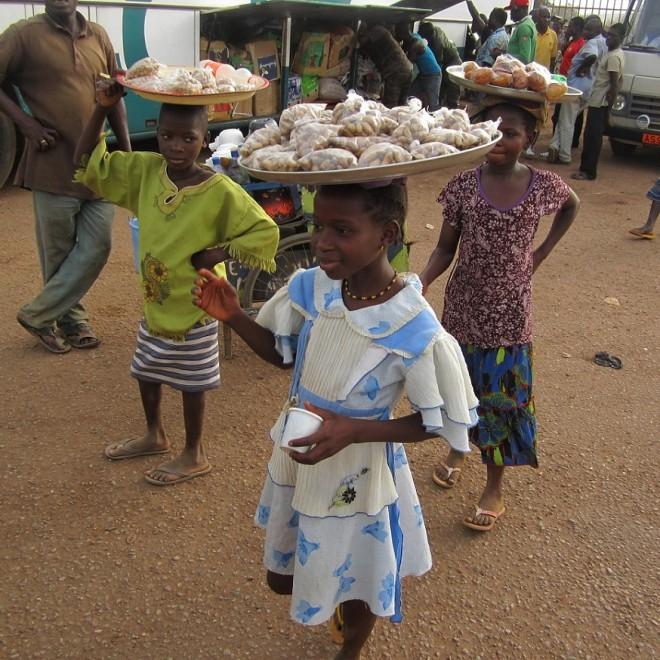 Prodej buráků na nádraží v Burkina Faso