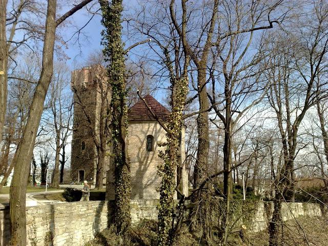 Piastovská věž a románská rotunda na zámeckém vrchu v Cieszyně.