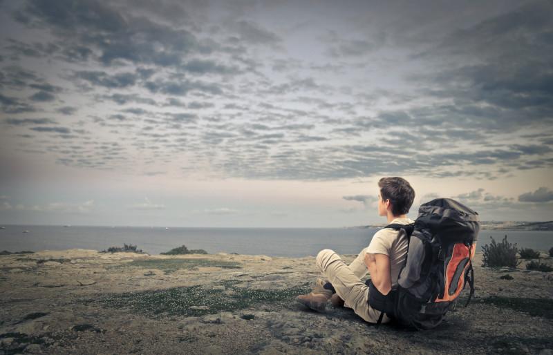 Cestovatel pozorující horizont