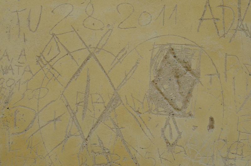 Poškrábaná zeď rotundy svatého Jiří, Říp.