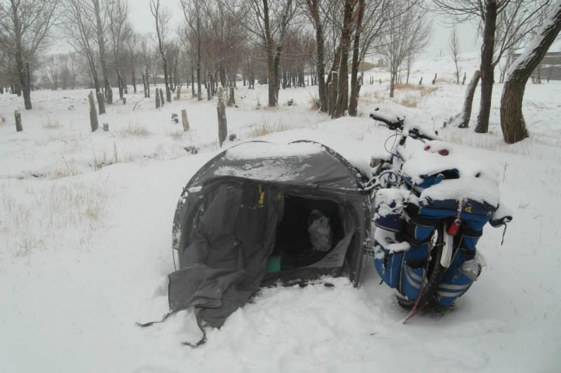 Iranský zimní nocleh u města Bostan Abad aneb trošku ranního překvapení v podobě sněhu...