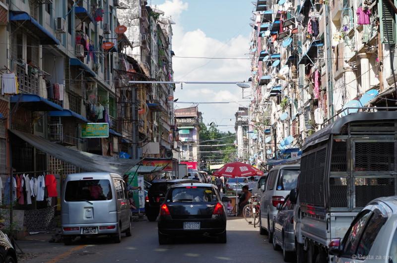 Taková klasická ulice v Yangonu