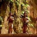 Batu Caves - svatí na stěně templu v hlavní jeskyni