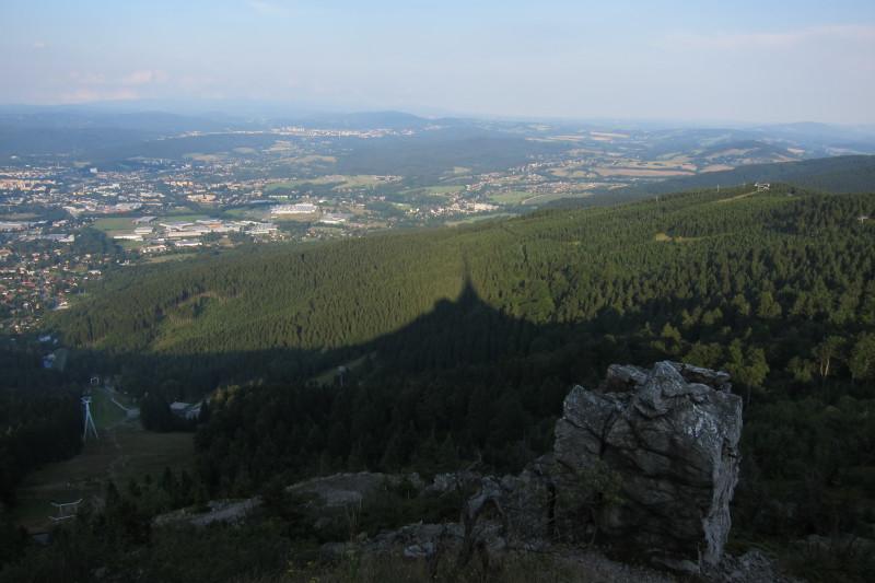 Stínová silueta Ještědu. Vlevo kabinková lanovka vedoucí na vrchol Ještědu z Horního Hanychova, okrajové části Liberce