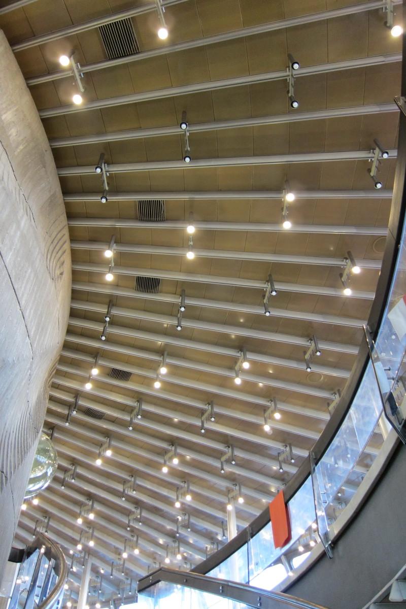 Osvětlení nad schodištěm a restaurací